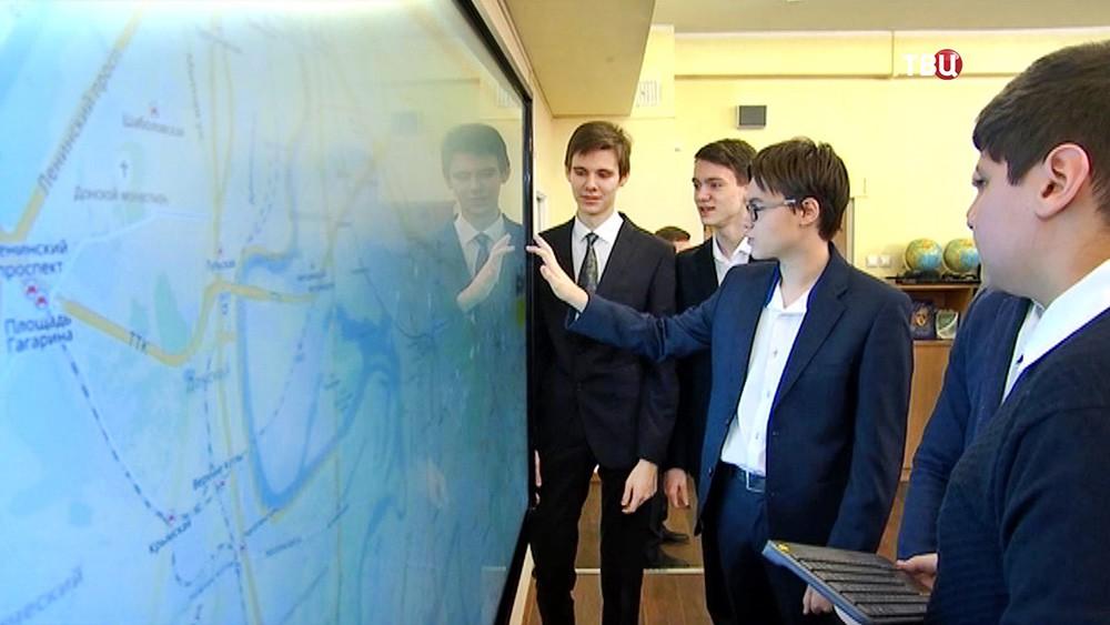 Школьники и интерактивная доска