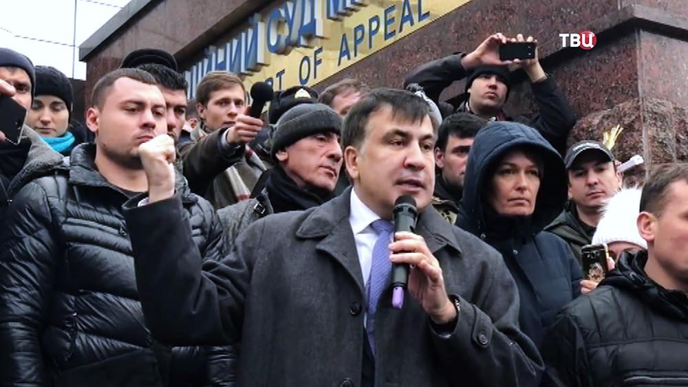 Михаил Саакашвили возле апелляционного суда в Киеве