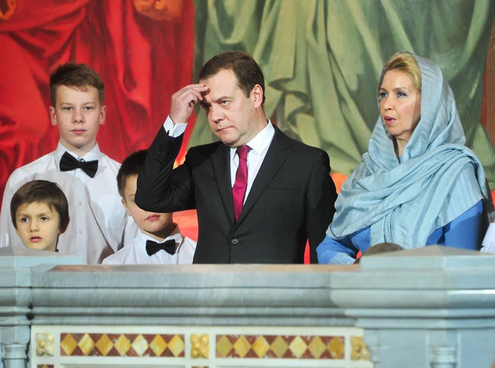 Дмитрий Медведев с супругой на Рождественском богослужени