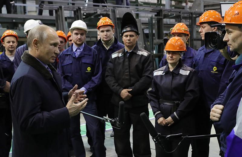 Президент России Владимир Путин во время встречи с рабочими Тверского вагоностроительного завода