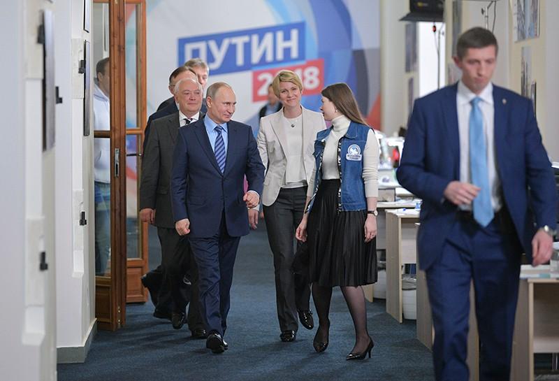 Владимир Путин во время посещения своего предвыборного штаба в Гостином дворе