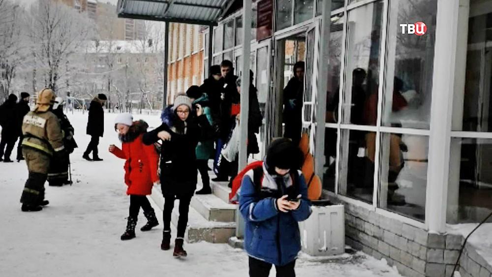 Спасатели МЧС России на месте резни в пермской школе