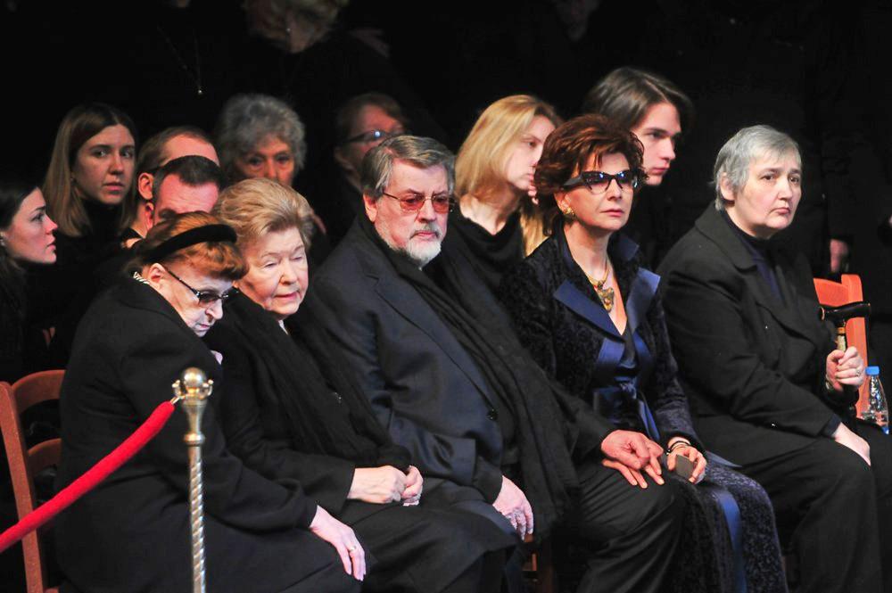 Близкие и коллеги на церемонии прощания с актером Михаилом Державиным