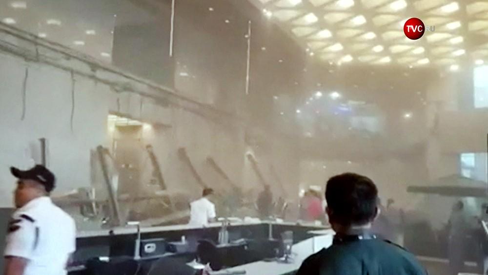 Последствия обрушения балкона на бирже в Джакарте