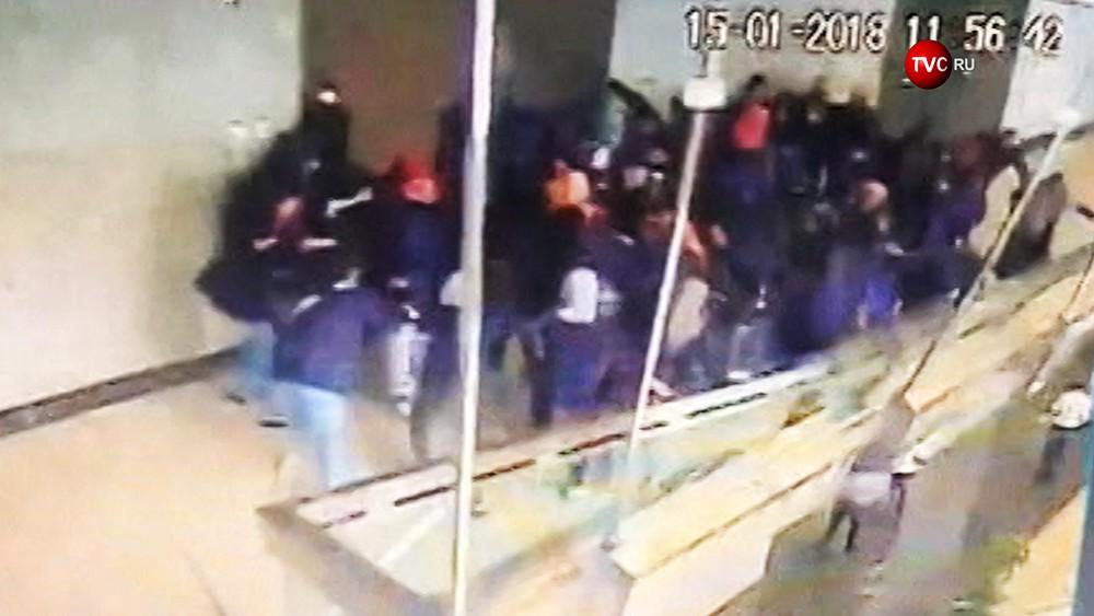 Момент обрушения балкона на бирже в Джакарте