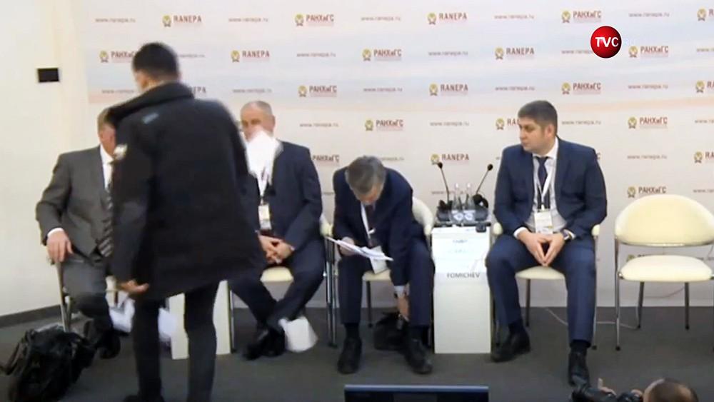 Неизвестный кинул в Анатолия Чубайса во время сессии Гайдаровского форума листы бумаги