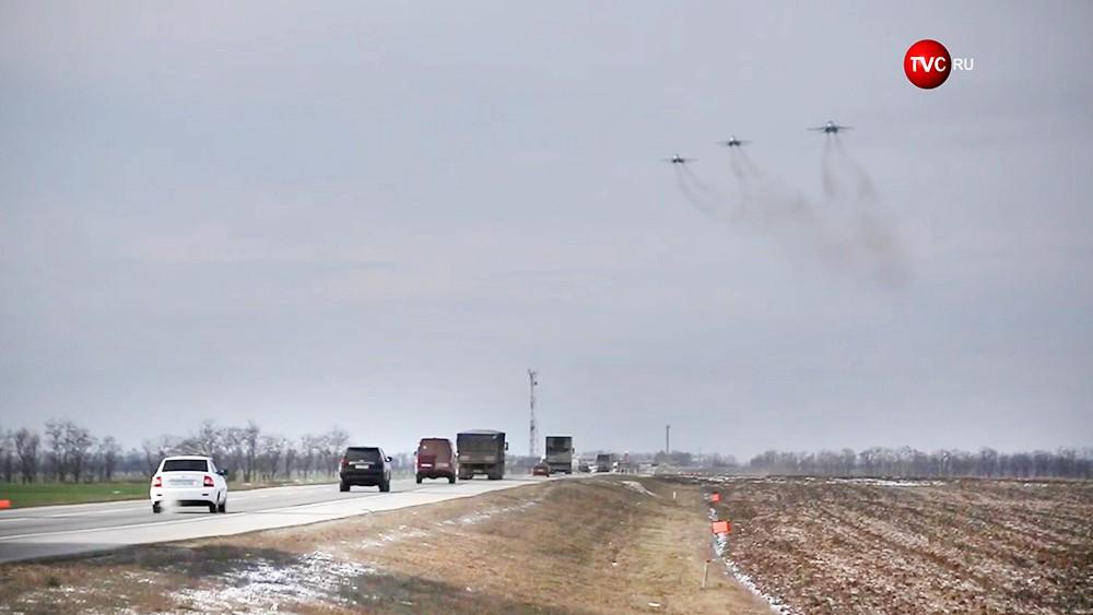 Истребители летят над дорогой