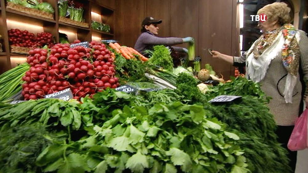 Овощной прилавок на рынке