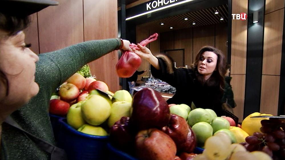 Анастасия Заворотнюк покупает овощи на рынке