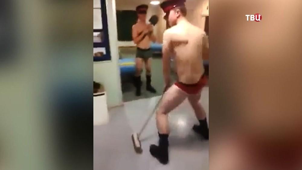 Британские военные танцуют в казарме