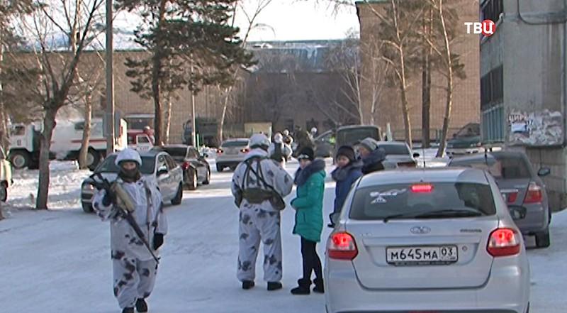 Полиция у здания школы в Бурятии
