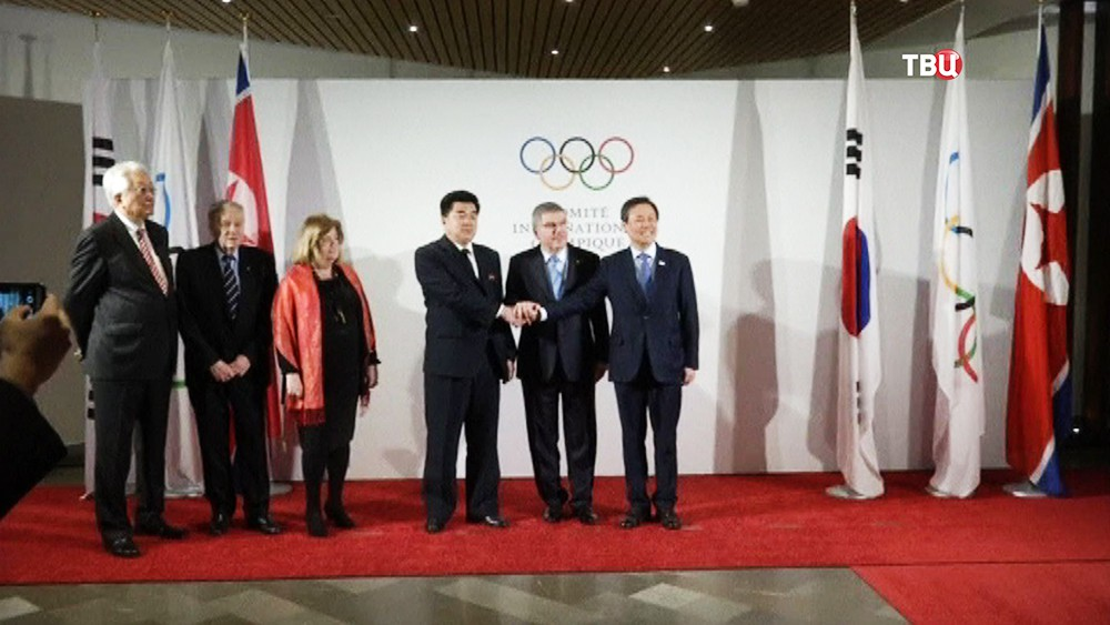 Президент МОК Томас Бах, министру спорта КНДР Ким Ир Гуц и  министру культуры, спорта и туризма Южной Кореи До Чонхун