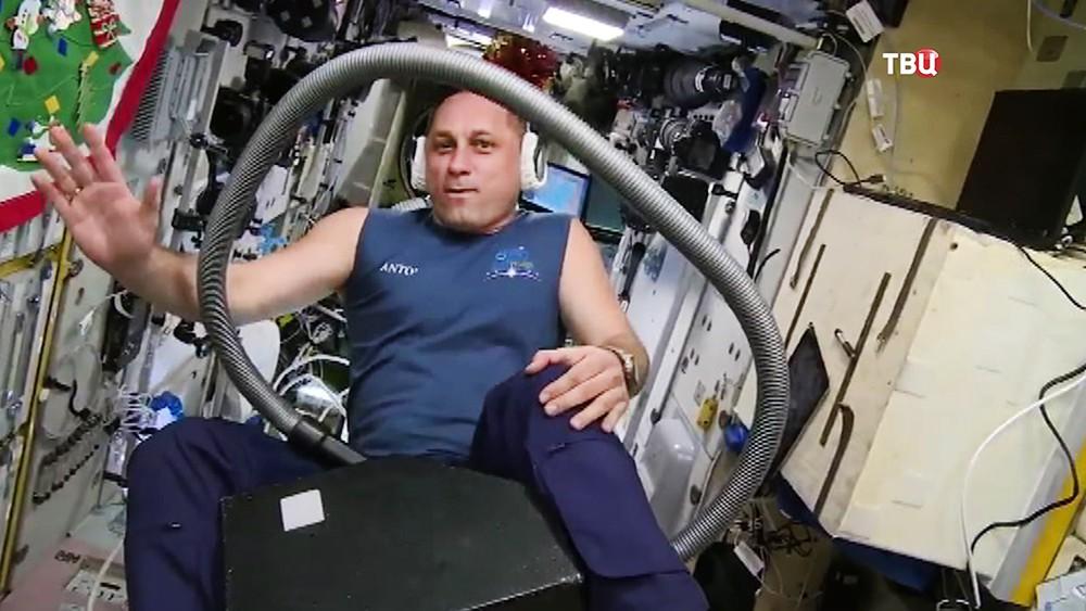 Российский космонавт Антон Шкаплеров прокатился на пылесосе в невесомости
