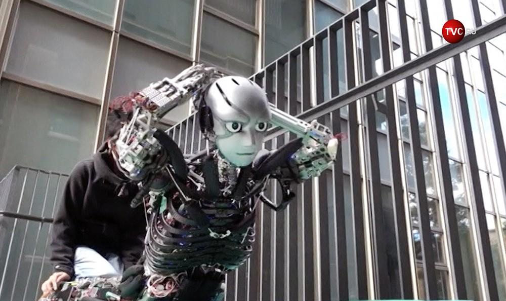 Робот занимается спортом
