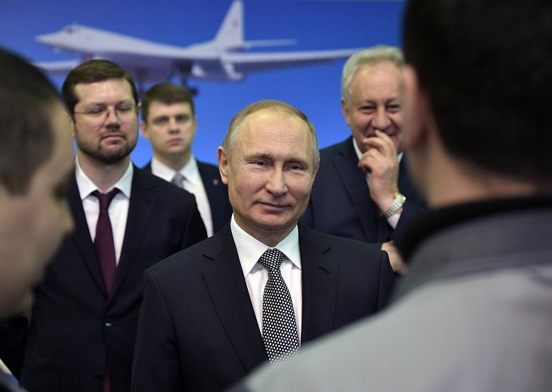 Президент России Владимир Путин во время общения с сотрудниками Казанского авиационного завода имени С.П. Горбунова.