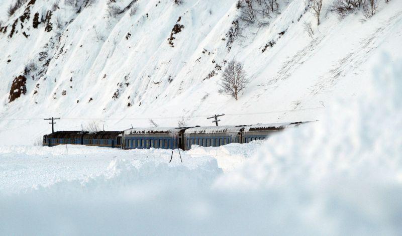 Попавший под лавину поезд на Сахалине
