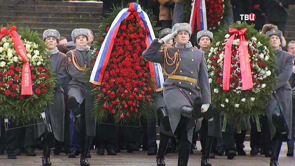 Возложение цветов на Пискарёвском кладбище