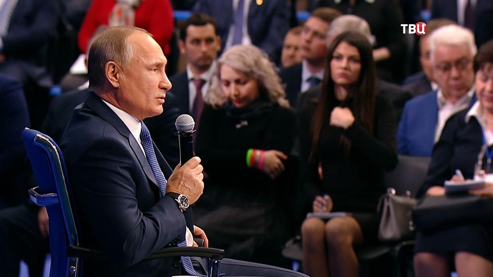 Владимир Путин во время предвыборной встречи со своими доверенными лицами