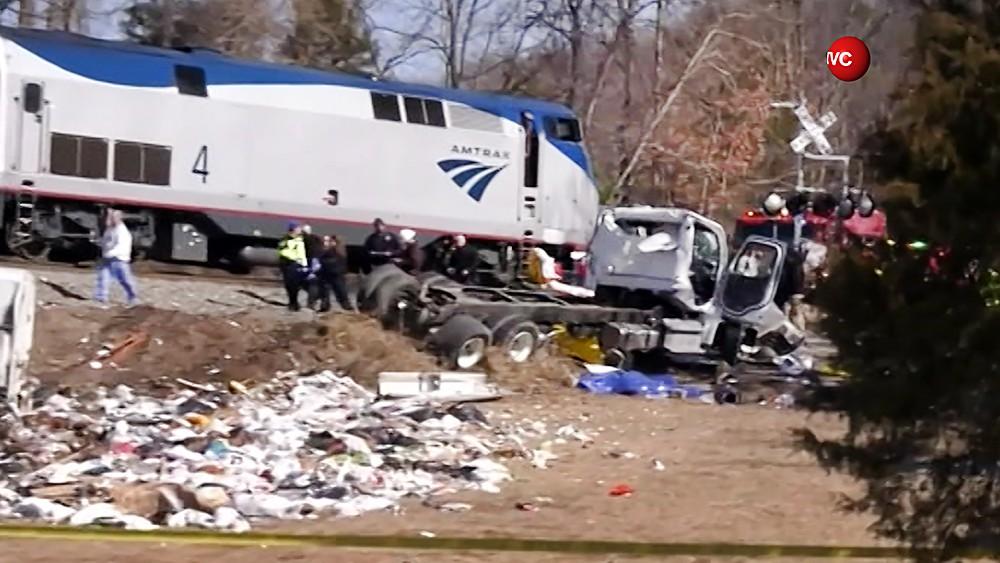 ВСША поезд счленами Конгресса врезался в фургон