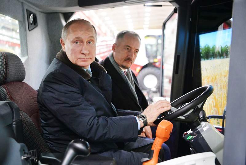 Владимир Путин за рулем симулятора комбайна