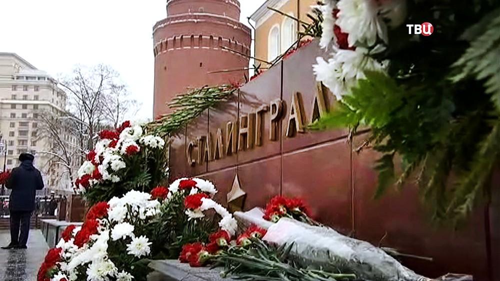 Цветы у стелы города-героя Сталинград в Александровском саду