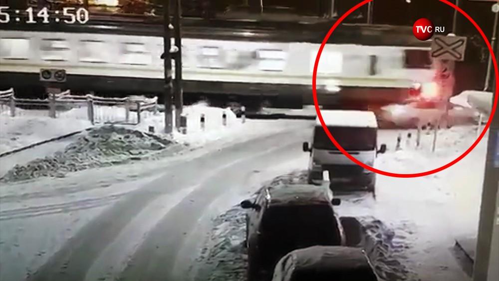 Электричка сбила автомобиль на железнодорожном переезде