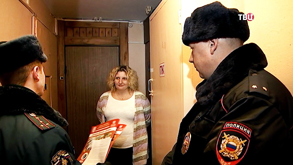 Сотрудники МЧС проводят пожарный инструктаж с жителями дома