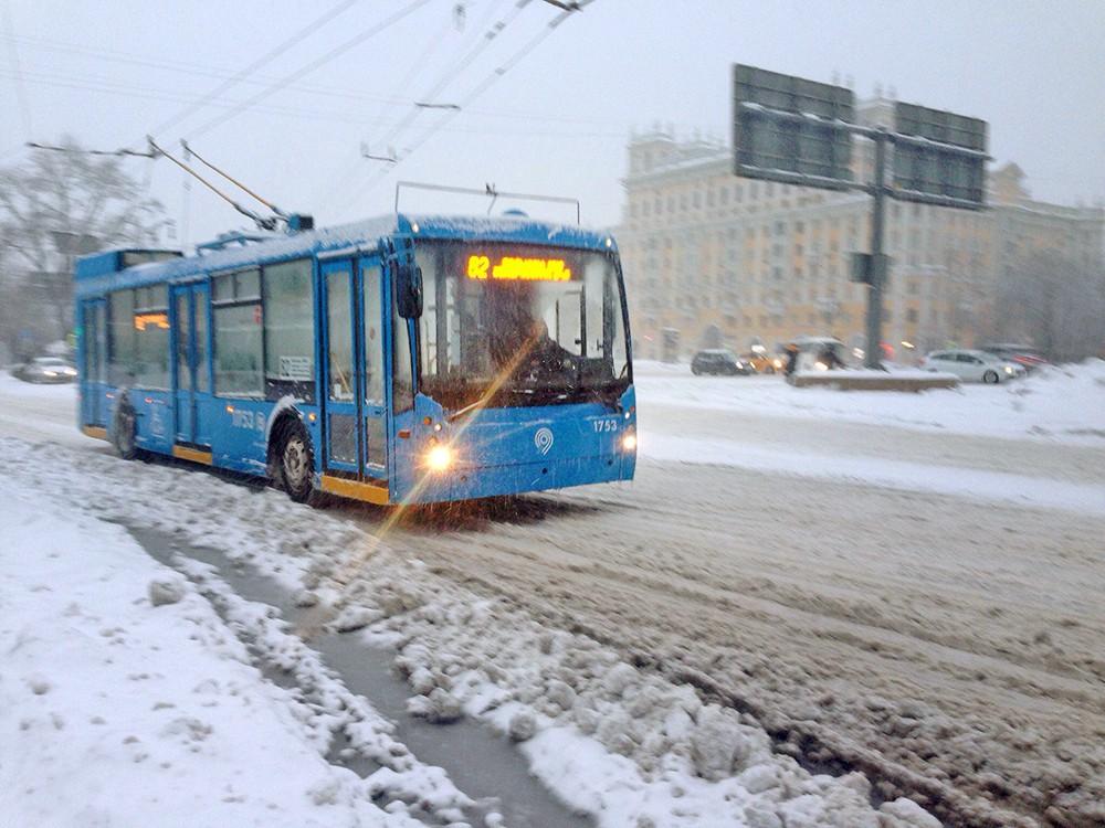 Общественный транспорт во время снегопада в Москве