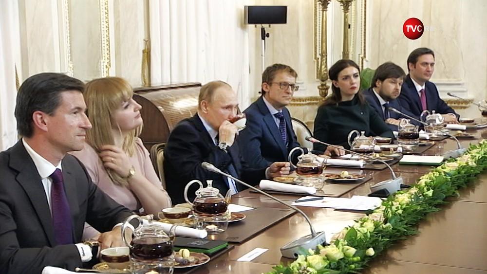 Владимир Путин пьет чай