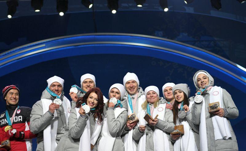 Российские фигуристы, завоевавшие серебряные медали в командных соревнованиях по фигурному катанию на XXIII зимних Олимпийских играх, во время церемонии награждения