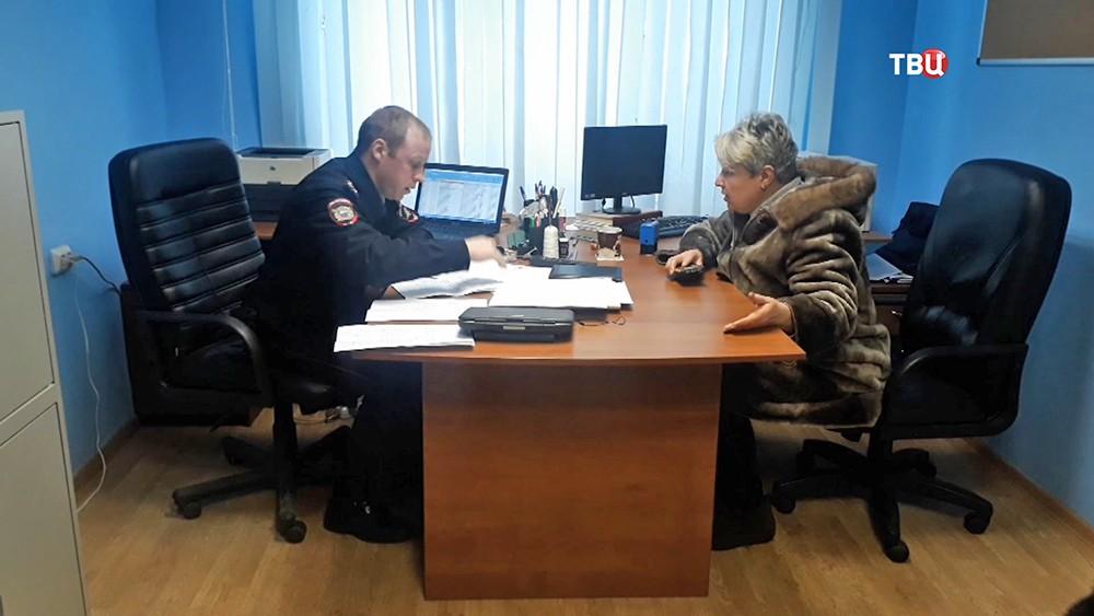 Жители общаются с полицией