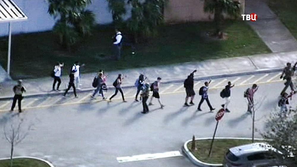 Эвакуация подростков из школы, где велась стрельба