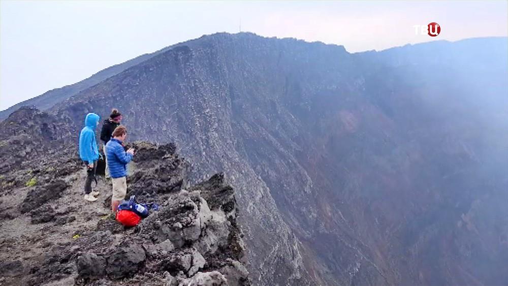 Люди на краю вулкана