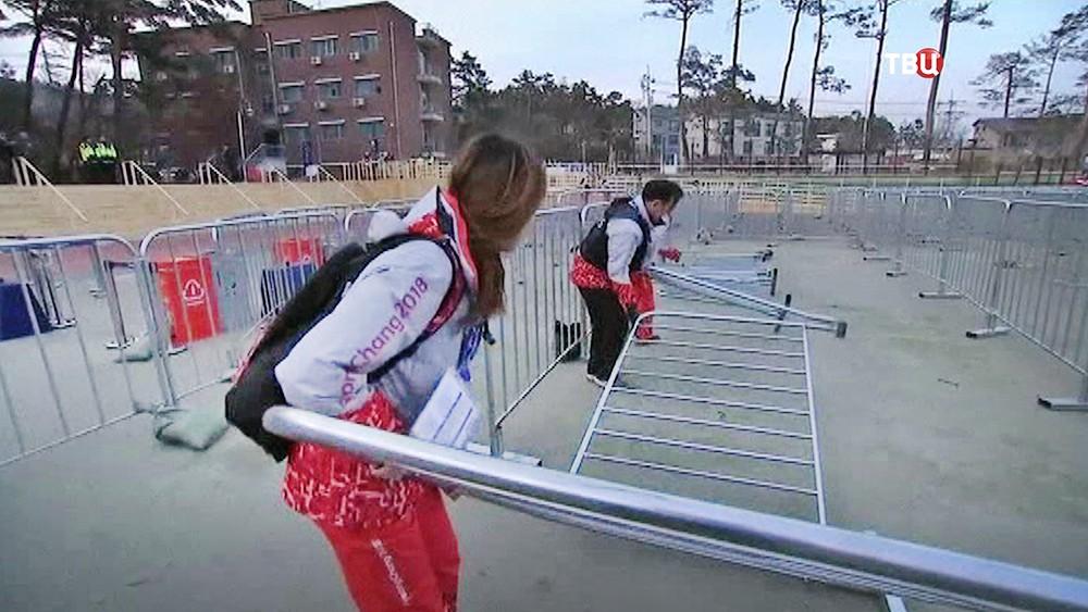 Работа волонтёров во время сильного ветра на Олимпиаде в Пхенчхане