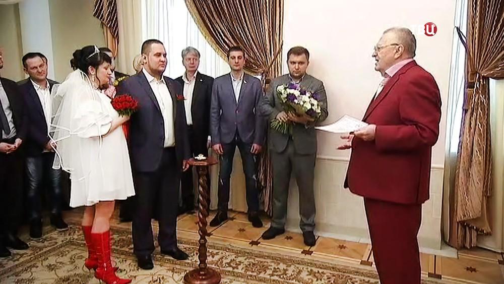 Лидер партии ЛДПР Владимир Жириновский поздравляет молодоженов