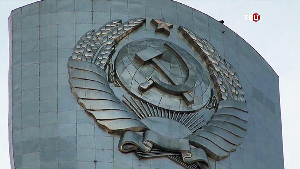 """Герб СССР на монументе """"Родина-мать"""" в Киеве"""