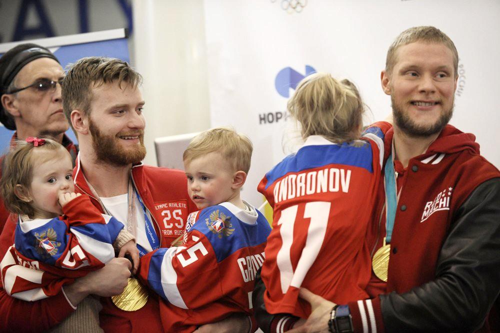 Хоккеисты Михаил Григоренко и Сергей Андронов на церемонии встречи российских спортсменов - участников Олимпиады 2018