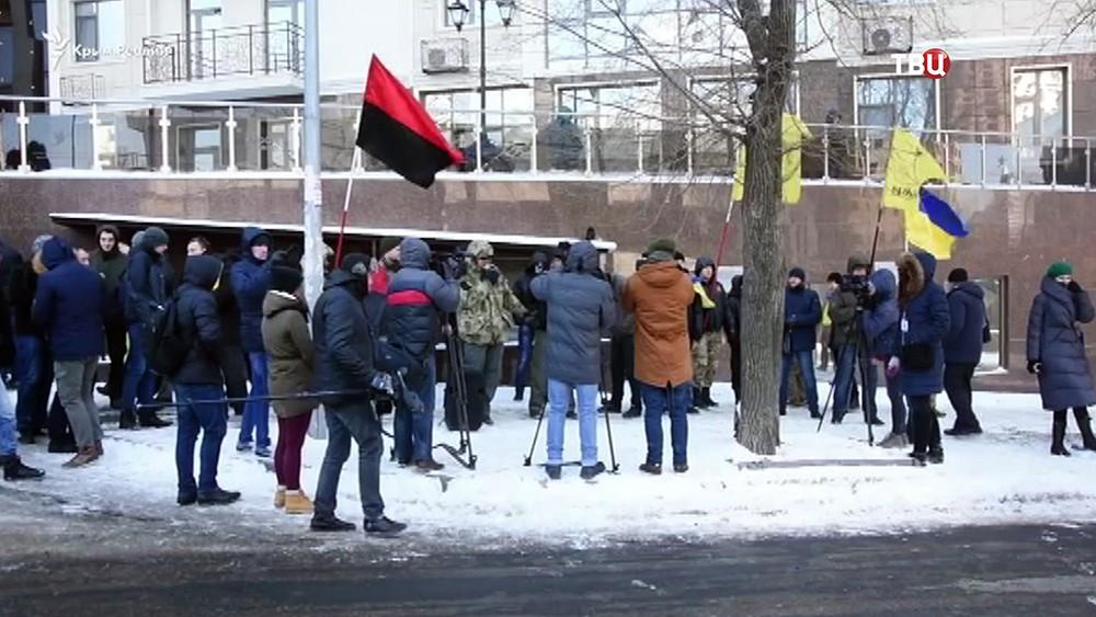 Украинские радикалы у здания российского консульства в Одессе