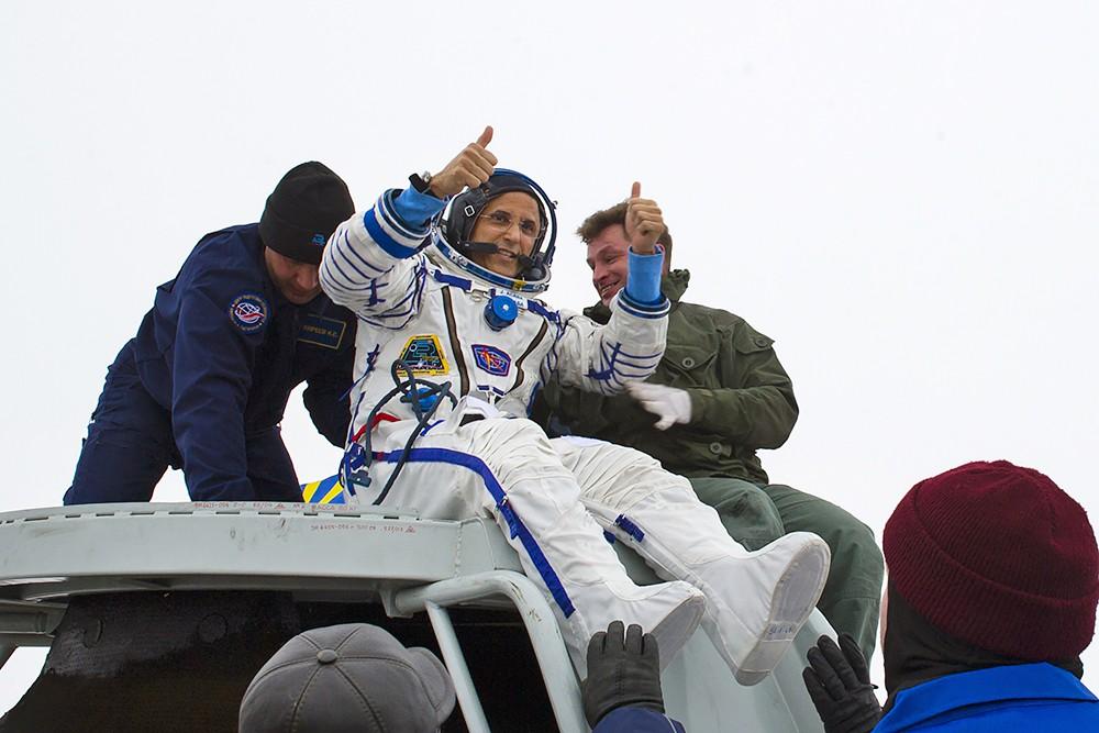 """Астронавт НАСА Джозеф Акабу после посадки спускаемого аппарата транспортного пилотируемого корабля (ТПК) """"Союз МС-06"""""""