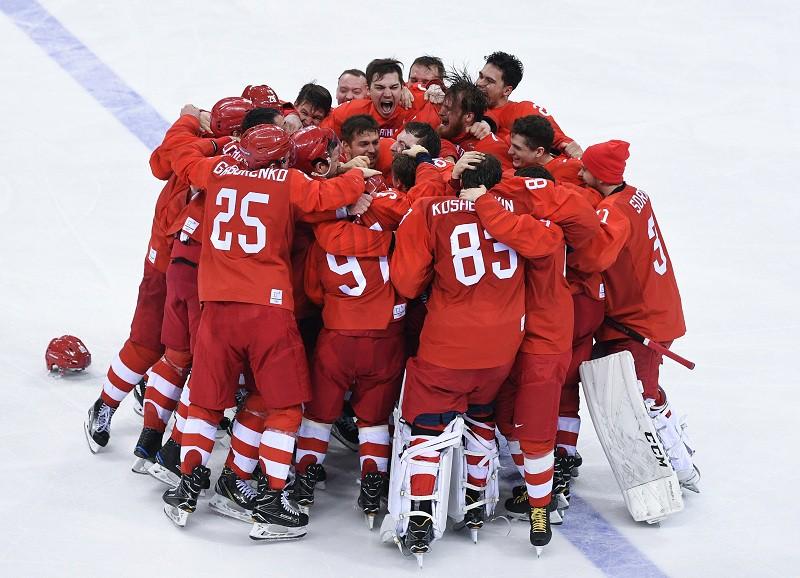 Российские хоккеисты радуются победе в финальном матче Россия - Германия на ОИ-2018