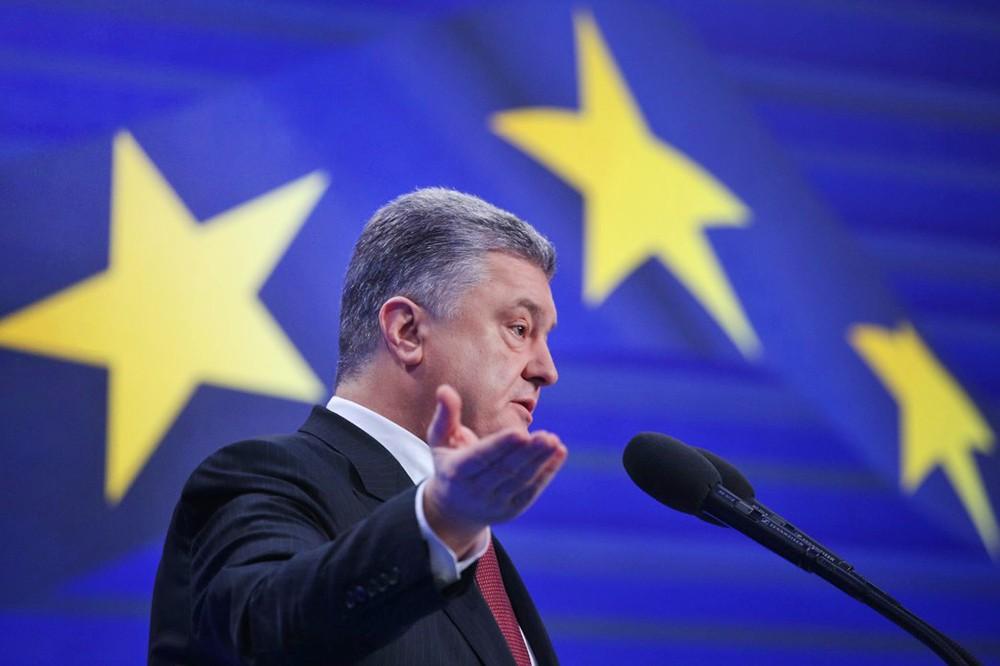 Президент Украины Пётр Порошенко на фоне флага Евросоюза