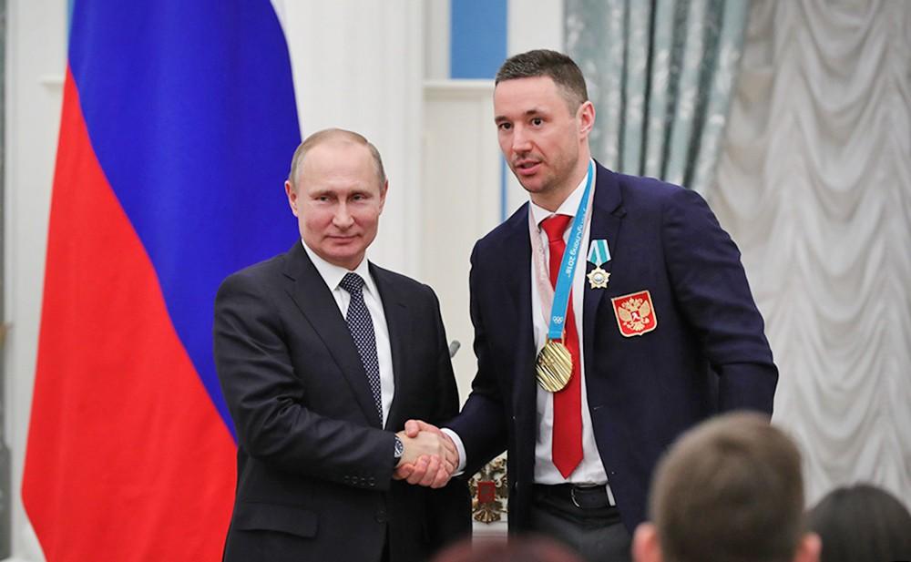 Владимир Путин и Илья Ковальчук на церемонии награждения российских олимпийцев в Кремле