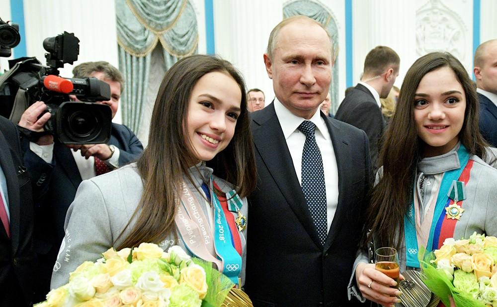 Владимир Путин, Алина Загитова и Евгения Медведева на церемонии награждения российских олимпийцев в Кремле