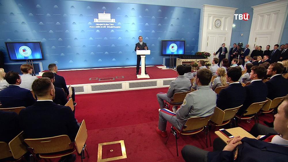 Дмитрий Медведев на церемония вручения автомобилей российским олимпийцам