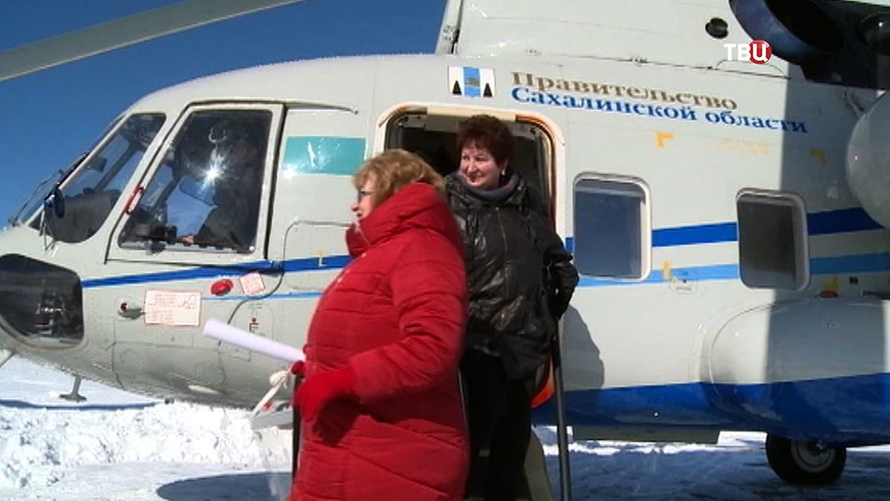 Представители избиркома на вертолете