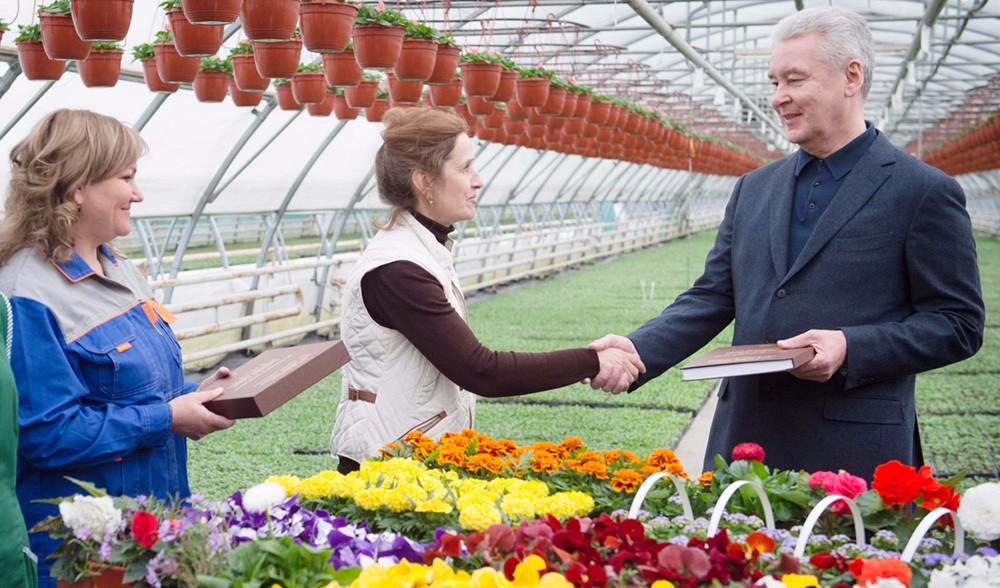 Сергей Собянин общается с работниками оранжереи