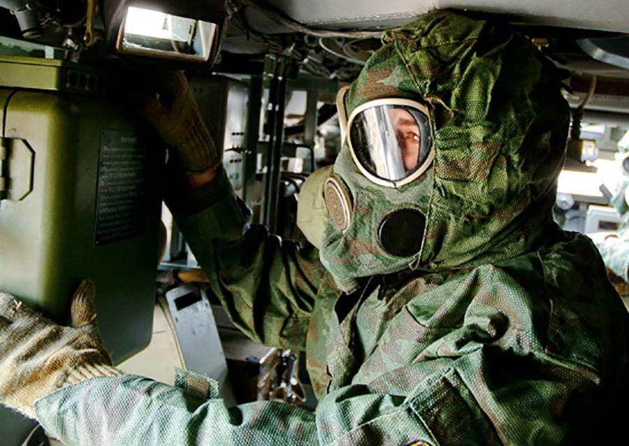 Военнослужащий в костюме химзащиты