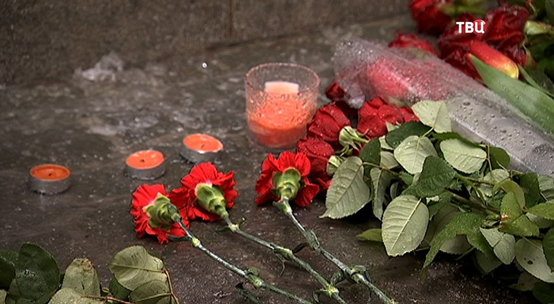 Поклонники Олега Табакова несут цветы в Московский Художественный театр им. Чехова