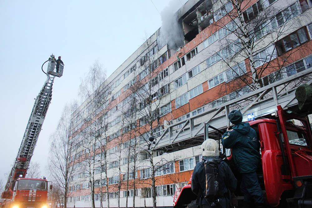 Спасатели МЧС на месте взрыва газа в многоквартирном доме в Санкт-Петербурге