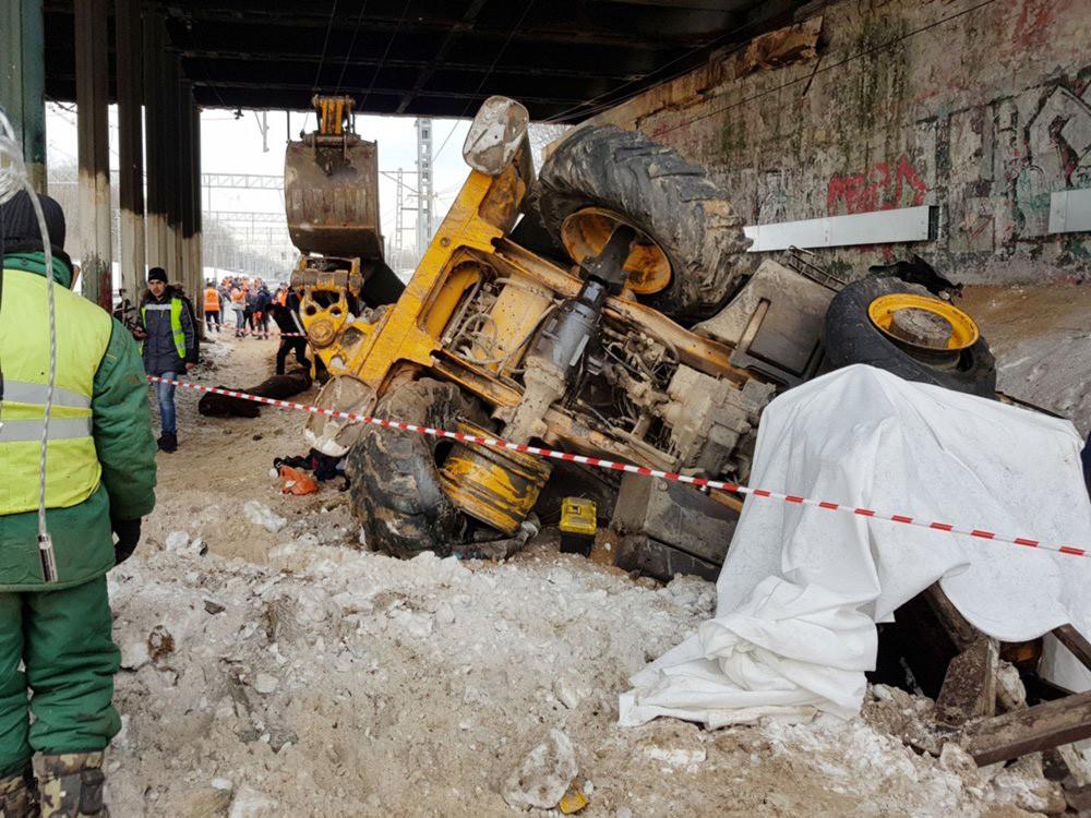 Восстановительные работы на месте столкновения трактора и электрички